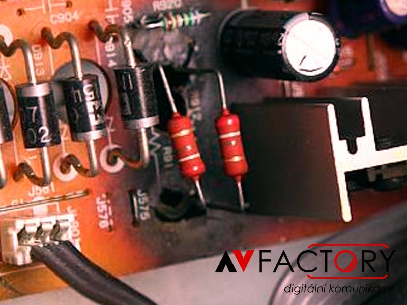Zničený zvukový modul – připojení výkonového zesilovače do audio vstupu projektoru