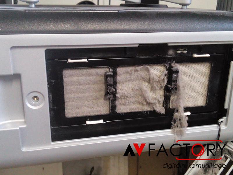 Prasklá lampa - z důvodu nečištění prachových filtrů projektoru