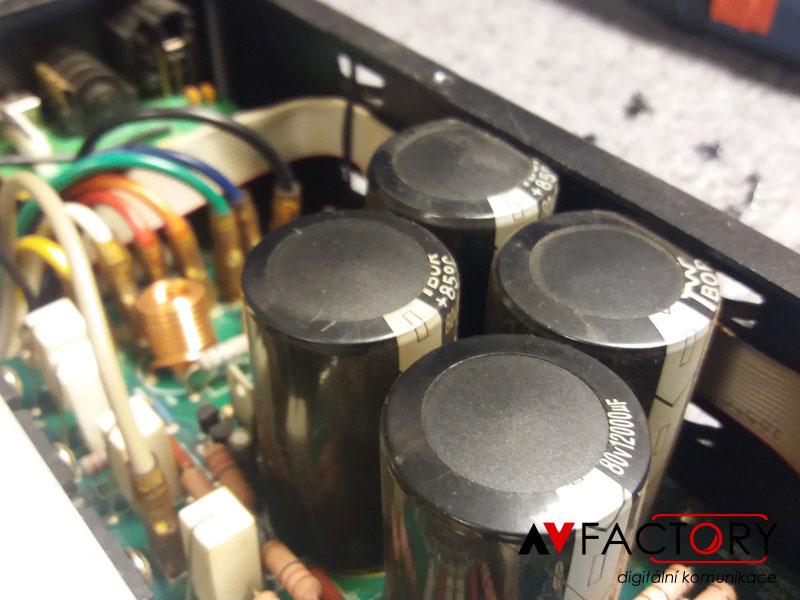 Stáří na projektoru se poznamená i jinak – výměna nafouknutých kondenzátorů
