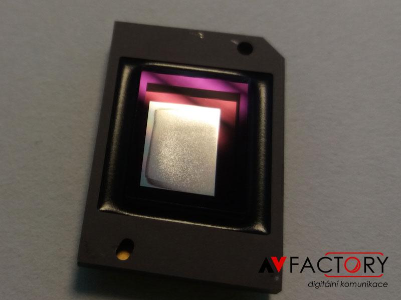 Výměna zničeného zobrazovací chipu ve velmi znečištěném projektoru
