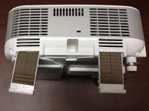 Propálená čočka objektivu - selhání chladicí soustavy z důvodu znečištěných filtrů
